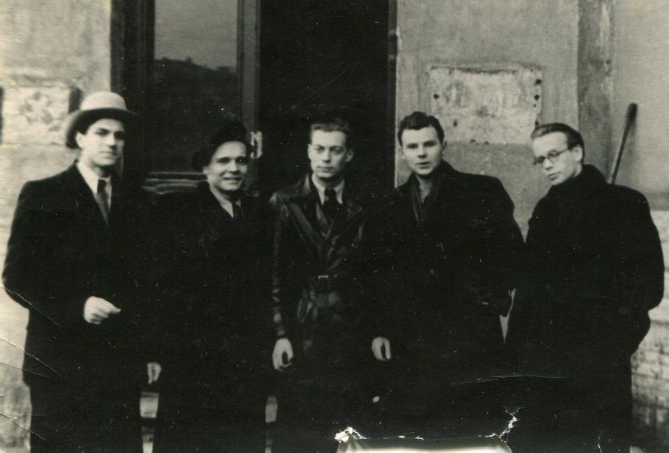 Борис Пустынцев (в центре), Алексей Голиков (крайний справа) и другие студенты ЛГПИИЯ, начало 1957.