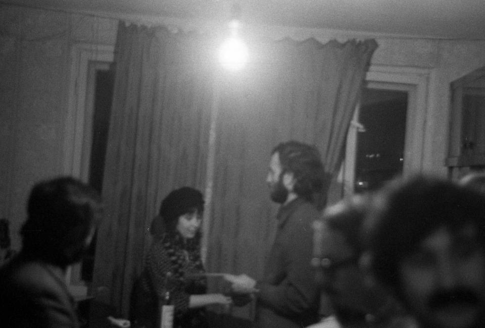 Борис Останин вручает премию в номниации поэзия Елене Шварц. Фото Бориса Кудрякова. 1980