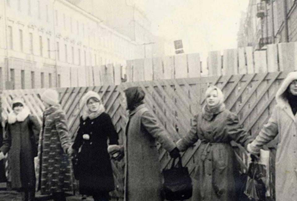 Живая цепь вокруг строительного забора у гостиницы «Англетер». 16 марта 1987. Источник: https://protect812.com/2017/03/04/gruppa-spasenija-kak-jeto-nachinalos/