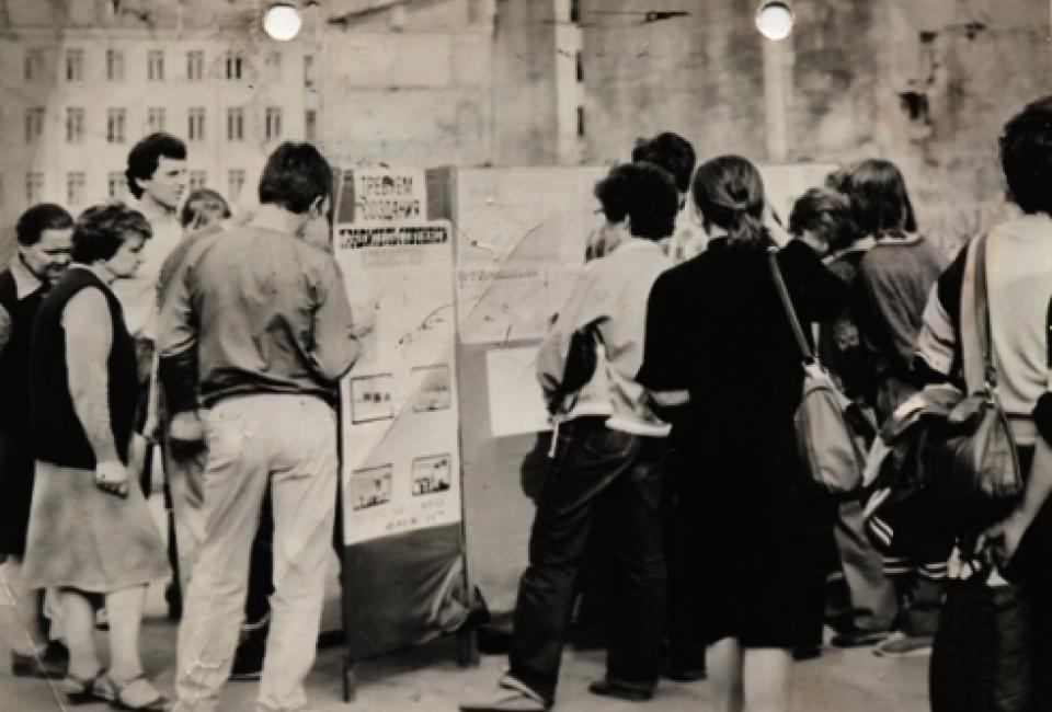 «Пост общественной информации» рядом с разрушенным зданием гостиницы «Англетер». Источник: http://www.vppress.ru/stories/Angleter-pal--glasnost-pobedila-13408