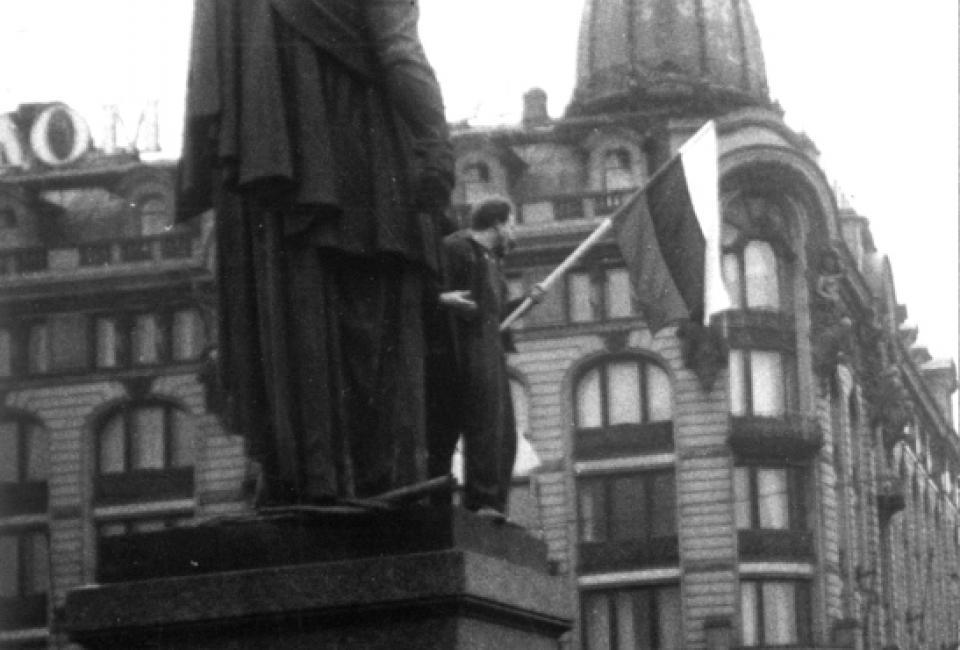 Митинг 12 марта 1989. Триколор на Невском проспекте. Источник: Архив НИЦ «Мемориал»