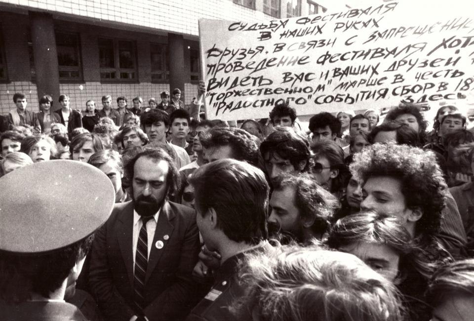 Демонстрация, остановленная милицией. Угол ул.Каляева (Захарьевская) и Потемкинской. Фотография Татьяны Ковальковой