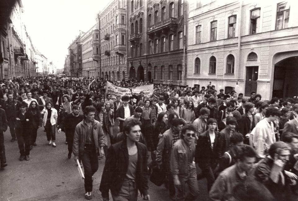 Демонстранты идут по Моховой улице. Фотография Татьяны Ковальковой