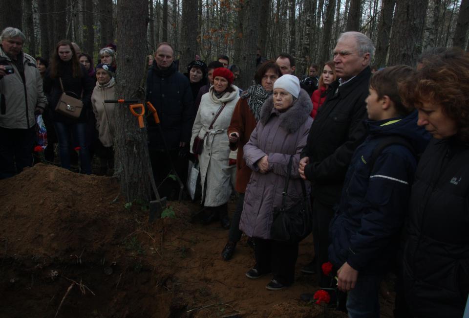 Участники акции памяти у раскопа одной из могильных ям в урочище Койранкангас. 15.10.2018