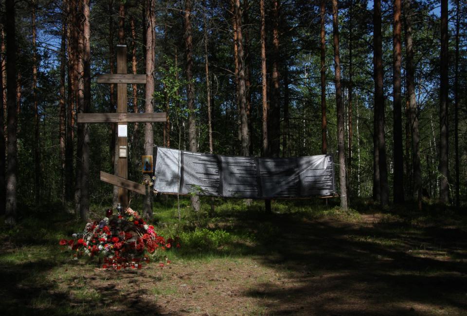 Койранкангас. Памятный крест, установленный Михаилом Пушкинцим. Фото 2015.