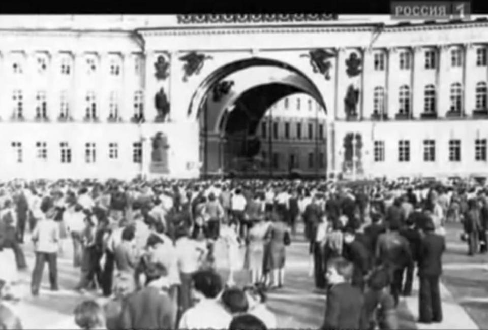 Собравшиеся на Дворцовой площади 4 июля 1978. Кадр из фильма «Запрещенный концерт» (2006)