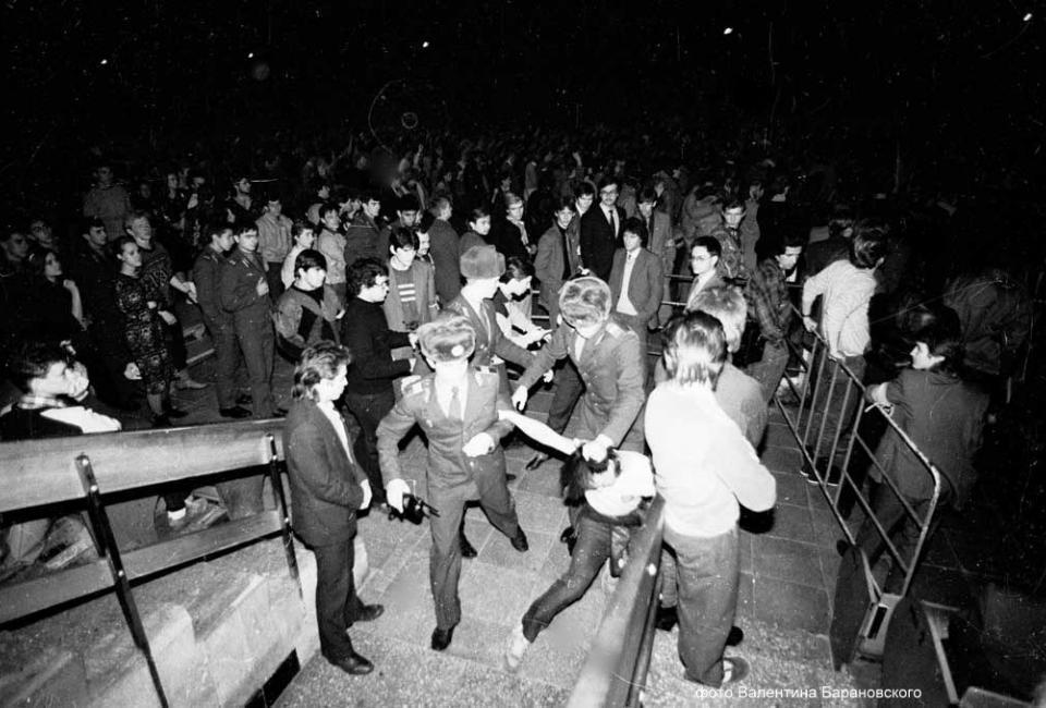 Милиция на концерте «Алисы». Конец 1980-х. Фото: Валентин Барановский