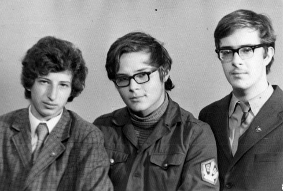 Ученики 10-го класса 121-ой школы Ленинграда Андрей Резников (в центре) и Аркадий Цурков (справа), 1975.