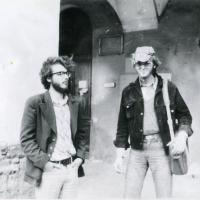 Александр Скобов и Феликс Виноградов у истфака ЛГУ, ок. 1976-1977. Архив Фонда Иофе.