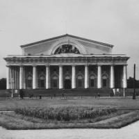 Вид на здание Военно-морского музея, 1953 год. По обе стороны лестницы - белые мемориальные доски, посвященные выступлениям Сталина. ЦГАКФФД СПб